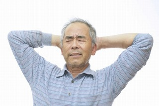 インプラントで悩む高齢者の写真